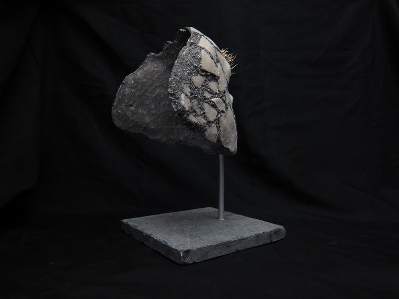 Système audio intégré à la sculpture, piste dédiée de 2.48 min.